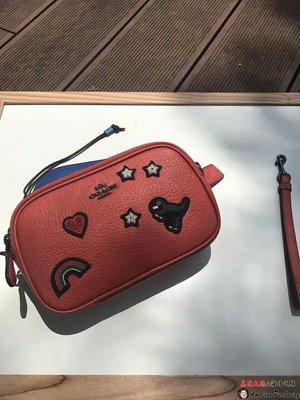 美國大媽代購 COACH 57866 最新款SOUVENIR刺繡 天然紋理皮革 恐龍手拿包 斜背包單肩包 原裝正品 美國代購