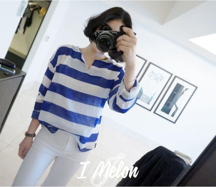 ::: i-MelOn ::: 100%韓國空運 正韓【現貨】小V領寬橫條麻棉料排釦袖可反摺襯衫※藍色