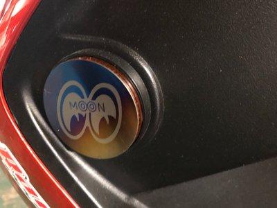 DJD19090621 MOON樣式鈦合金貼片 大眼睛貼片 反光片貼片 漸層+燒色 卡夢貼片 貼紙 鍍鈦 車身