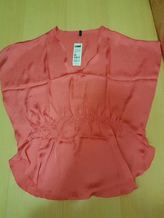 全新班尼頓水蜜桃絲質上衣xs號,商品如圖閒置出清售出無退換貨服務~無肩線款