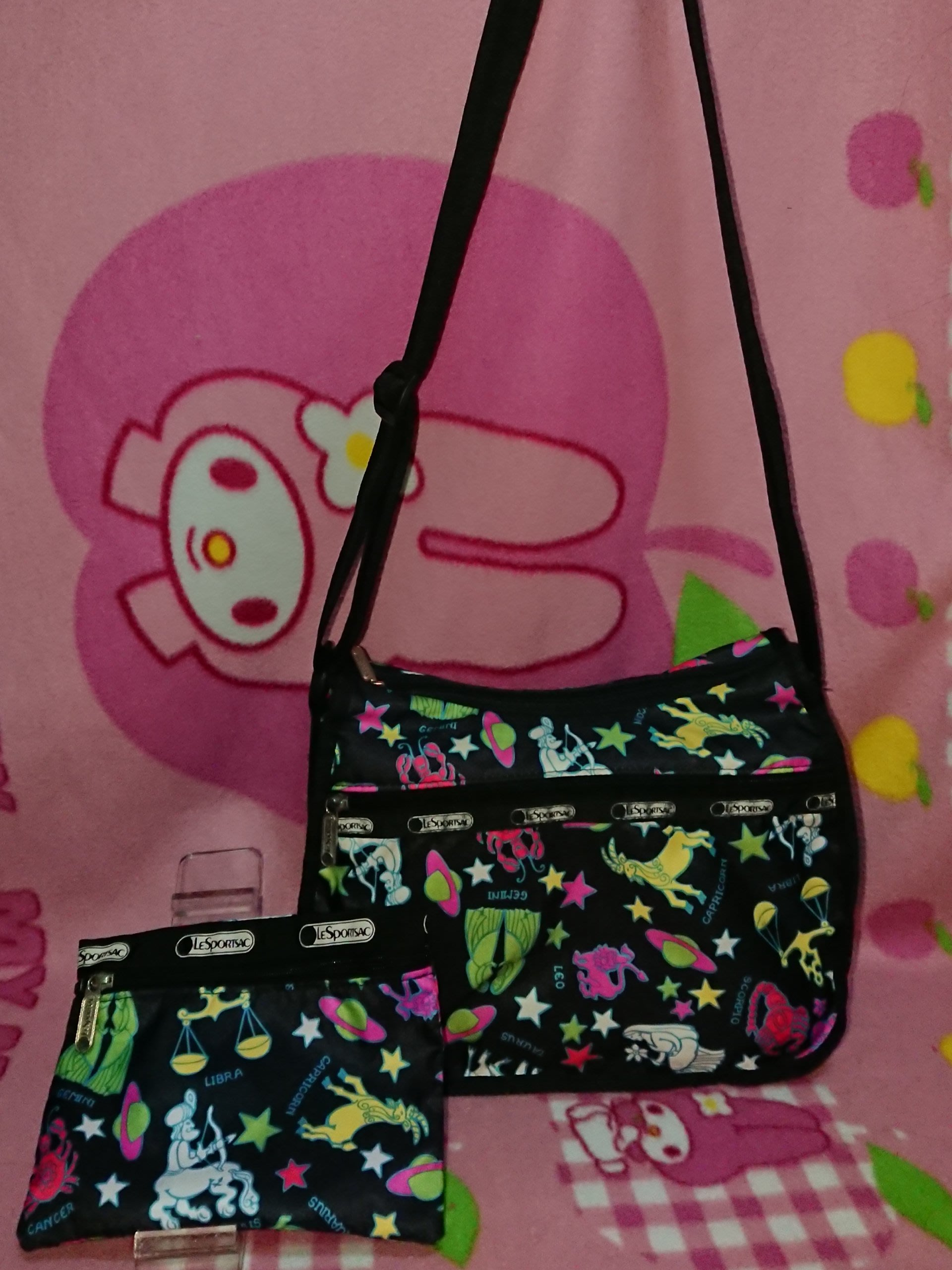 甜甜妞妞小舖 ☆品牌  LeSportsac 黑色動物 斜背包 /側背包/手拿包 /防水包