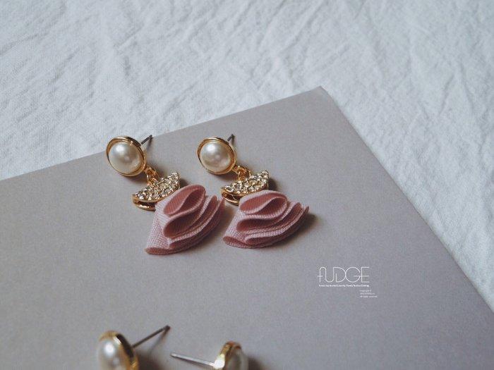 FUDGE法橘 / 正韓 珍珠鑲鑽布料小裙子垂墜耳環/925純銀針/LE18598
