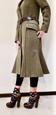 LV外套大衣軍綠格紋、秀款訂購款、立體設計剪裁非常完美!大衣的背面設計類魚尾擺動~非常特別~商品尺寸38、商品近全新品(附模特兒的腰帶搭配)大衣現品超級漂亮~