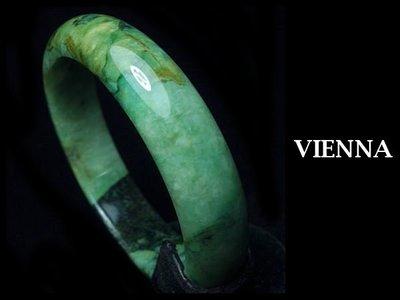 《A貨翡翠》【VIENNA】《手圍19.8/16mm版寬》緬甸玉/冰種田園濃豆綠舞花墨蜜/玉鐲P*+051