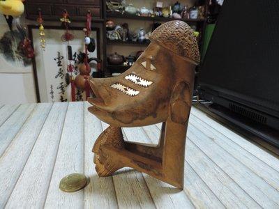 早期收藏~南非納米比亞原始部落土著臉譜木雕  鑲嵌螺鈿貝殼 原木鏤雕人物圖騰 三角平衡直立 異國風情  獨 一無二
