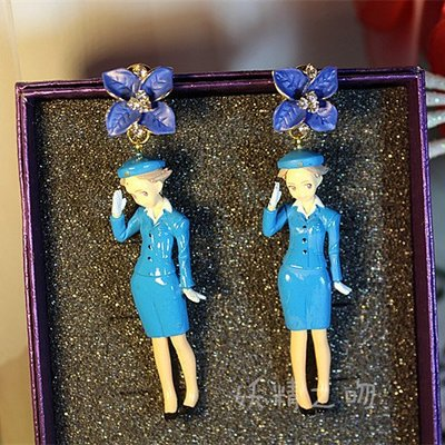 【加購區】【獨家原創】惡搞設計師有點懶。向汎美航空空姐致敬也有惡趣味。華麗水鑽藍色大花朵!復古立體玩具公仔誇張大耳環