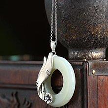 純銀鑲嵌【天然和田玉平安環吊墜】🌸獨特的磨砂工藝 小花溫婉而又優雅 尺寸約36mm