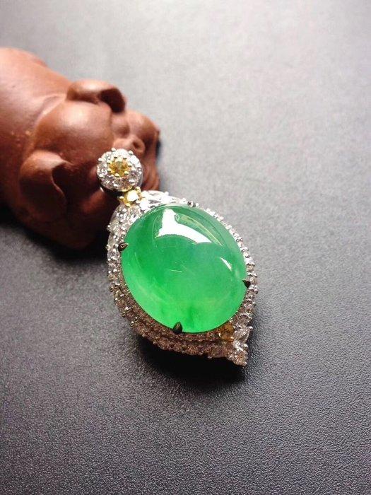 「藏香閣」冰陽綠鴿子蛋,完美品。裸石尺寸:17.2/14.7/5.3mm。鑲嵌尺寸:33.9/19/13.3mm