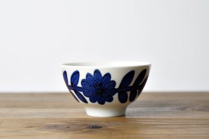 [偶拾小巷] 日本製 波佐見燒 職人手繪 靛藍雛菊飯茶碗 - 藍色
