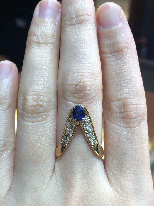75分天然藍寶石鑽石戒指,寶石正藍色漂亮,鑽石白亮,造型戒款式適合食指中指配戴,款式獨特,超值優惠價16300,精選商品只有一個