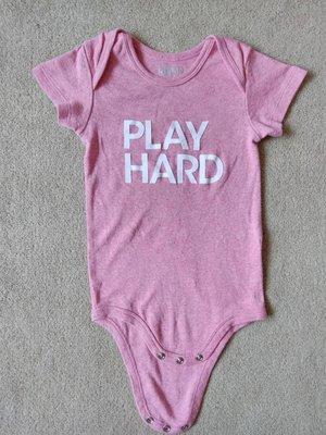 Plenty Collection play hard 拼命玩 - 乾燥玫瑰粉 - 12-18m 短袖包屁衣 熱賣斷貨款