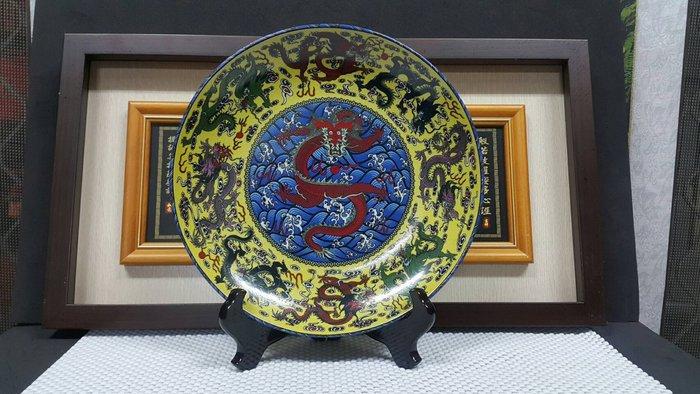 【菊川堂/文川堂】 『彩繪九龍圓盤含擺飾架』景德鎮 嚴選 精緻 宴王 擺盤。