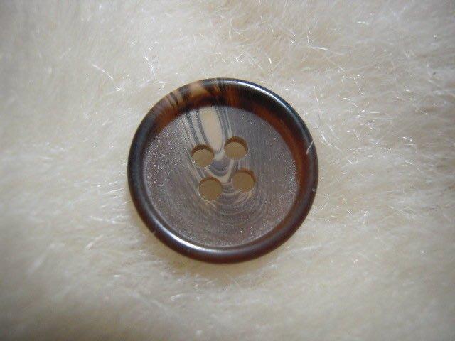 ※布箱子※ 縫紉拼布手作配件~扣子.鈕扣.釦子(DT682)~四孔~18mm~剩最後1個