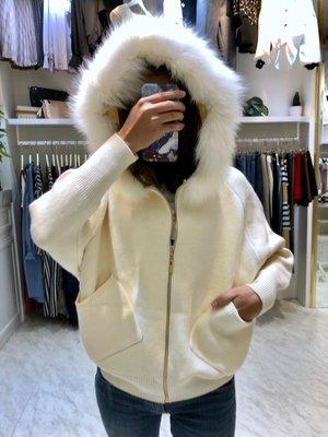 正韓 梨花、香草、茉莉甜美氣質超澎湃夢幻狐狸毛連帽針織毛料外套,白,咖,灰,黑色。原價$3980,連線價$1899。