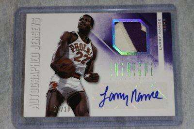 灌籃王~Larry Nance 2012-13 Intrigue 白金~Auto限量10張尾號~Patch簽名卡~1/1