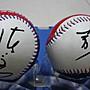 棒球天地--賣場唯一---李敖 大師+陳文茜 小妹大 簽名新版國旗浮雕球共2顆..字跡漂亮