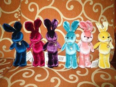 ///可愛娃娃///~6吋可愛的長版戴愛心水鑽頸鍊的奢華兔絨毛娃娃/多色~包包掛飾~附鑰匙圈(兔子款)---約19公分