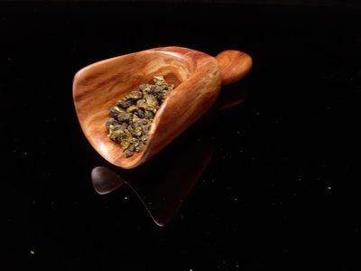 海南黃花梨實木茶則茶匙,茶勺,油性糠梨,長約14.5公分,勺寬約5.3公分,勺高約4公分,茶道用品,密度好,品相完整,器型款式精美,重約75公克,茶道配件精品