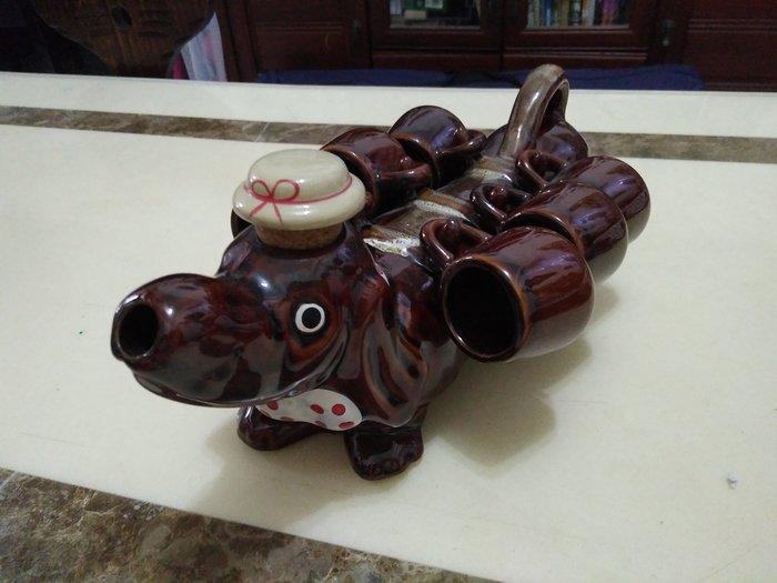 臘腸狗造型瓷壺與杯組