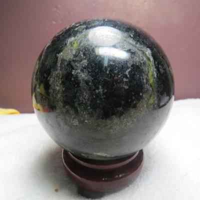【競標網】漂亮天然黑碧璽球(帶綠碧)1.56公斤95mm(贈座)(C3)(網路特價品、原價2500元)限量一件