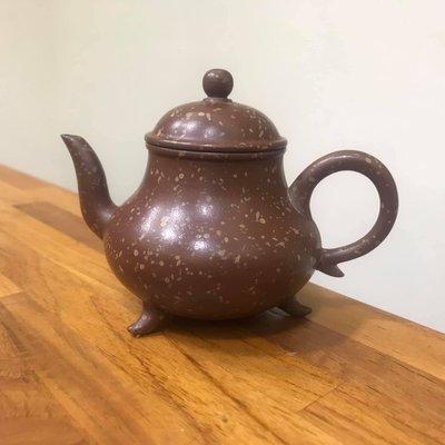 鶯歌陶瓷老街37 號弘祥茗壺早期鶯歌製♦️紫泥 噴點 三足傳爐壺 容量:約160cc