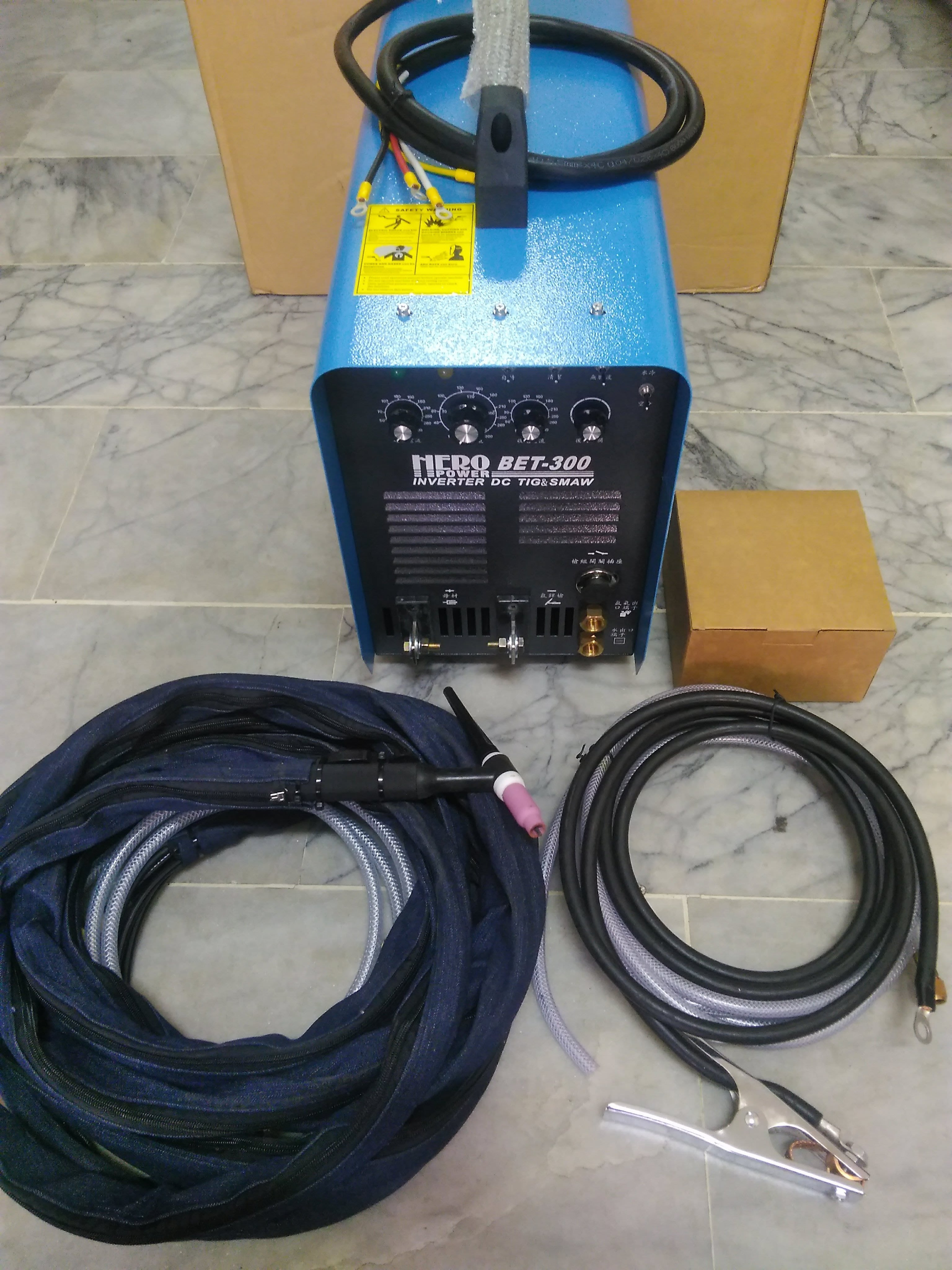 TIG氬焊機、HERO好牽手BET300氬焊機、業界品質最穩定機型(台灣製造220V單相、三相電壓適用)(含10L水箱)