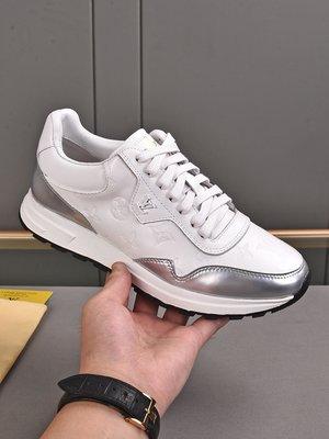 奢品2021系列,男士Run Away 運動鞋,融合素凈小牛皮、小牛皮制麂皮和 Monogram 搭配V專用材料2