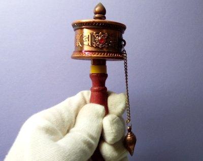 @居士林@西藏-殊勝法器-古銅色手持轉經輪.尺寸:長14公分.輪寬5公分
