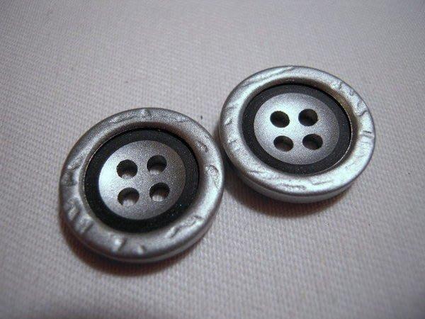 ※布箱子※ 縫紉拼布手作配件~扣子.鈕扣.釦子(DT211)~四孔~18mm~剩最後2個