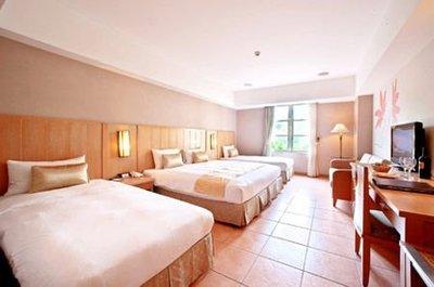 劍湖山王子飯店。高級客房(四人房。可住2-4人)含早餐兩客。暑假平日僅加價330-/第3-4人免加人頭費!可代訂。可面交