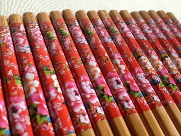 竹藝坊~筷子客家花布。客家花筷。婚禮小物搭筷套。牡丹紅花竹筷木筷CH-01(熱銷)