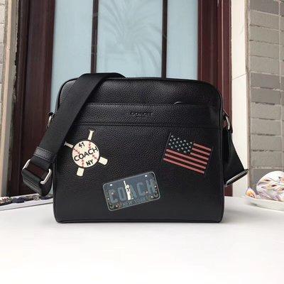 【紐約精品舖】COACH 26079 黑色 拼貼 斜背包 印花徽章郵差包 男包 coach outlet 美國正品代購