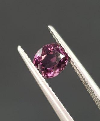揚邵一品 天然無燒濃紫色 1克拉尖晶石,色澤濃豔 俏麗性感 收藏/製作首飾皆宜