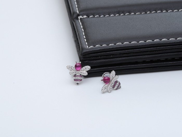 Melia 米莉亞代購 商城特價 數量有限 每日更新 APM MONACO 飾品 耳環 純銀鑲晶鑽紅鋼玉蜜蜂耳釘