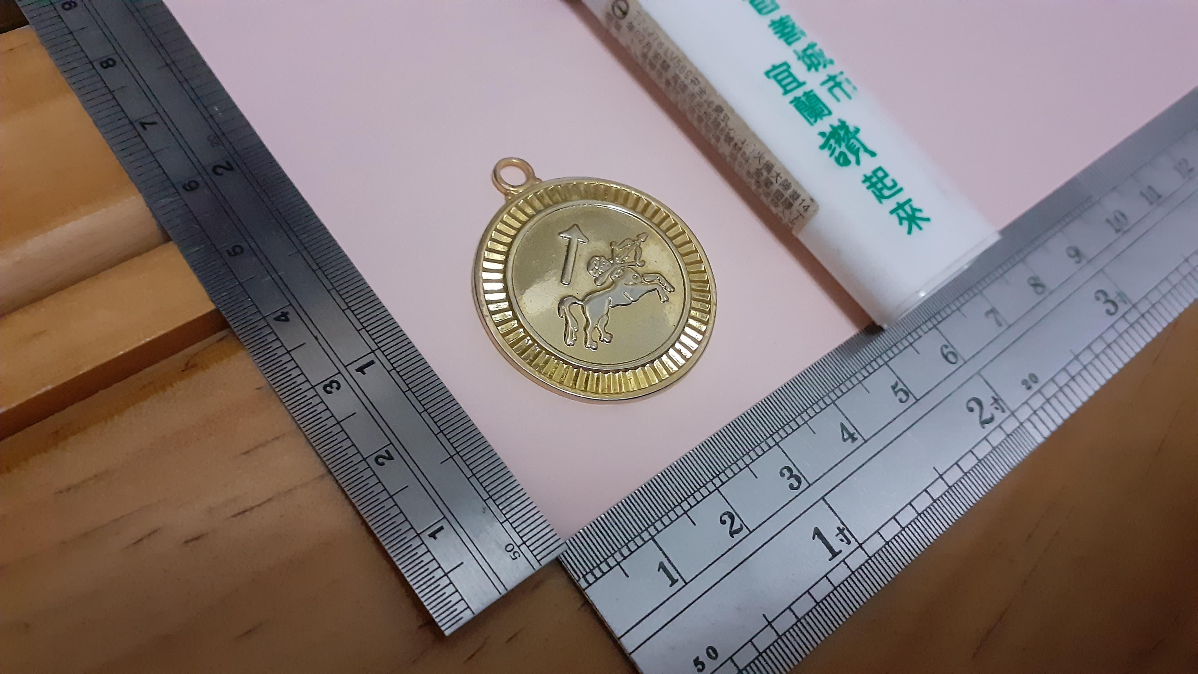 銘馨易拍重生網 109MG24 金色人頭馬 射箭 立體型 徽章 紀念章 吊飾 擺飾 保存如圖(1個ㄧ標)讓藏