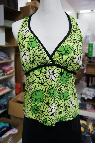 KINI*特價100元-歐美尾單-大女泳裝上衣-萊卡綁頸泳衣-V領清新草綠花紋(胸下平量37公分)