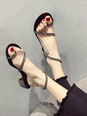 小尤家~涼鞋女夏新款韓版簡約水鉆綁帶夾趾粗跟中跟網紅仙女羅馬鞋潮