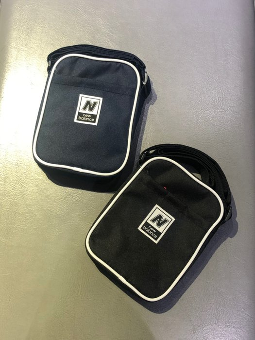 【吉米.tw】現貨 New balance 男女款小方包 側背方背包 側背包 黑色/藍色 LAB93008BK