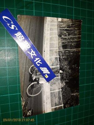 早期收藏~黑白照片 《 少女 騎早期腳踏車 》地點:高雄澄清湖  一張 11.5*7.5CM【CS超聖文化讚】