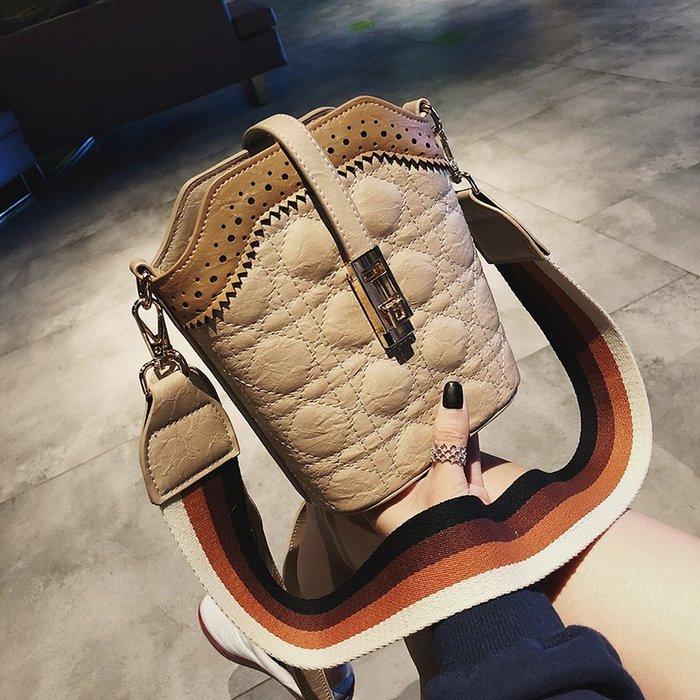 韓版 基本款 長夾 流行 短夾上新小包包女新款潮繡線單肩包韓版百搭斜挎包個性寬帶水桶包