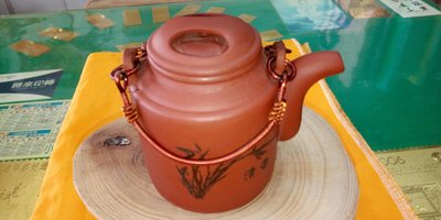 【~Y.W.Y~收藏品】~飲茶人早期收藏品~紅泥(牛鼻蓋銅提把壺)~歡迎行家鑑賞實品~Y170