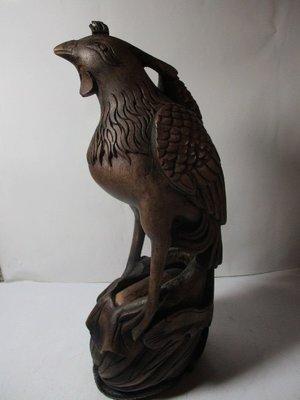 《瑋哥懷舊紀念館》朋友託售:二手竹雕 雞、鳳(有落款)~(尺寸高約:34.5 cm,重約 701 公克,很舊了,瑕疵 )