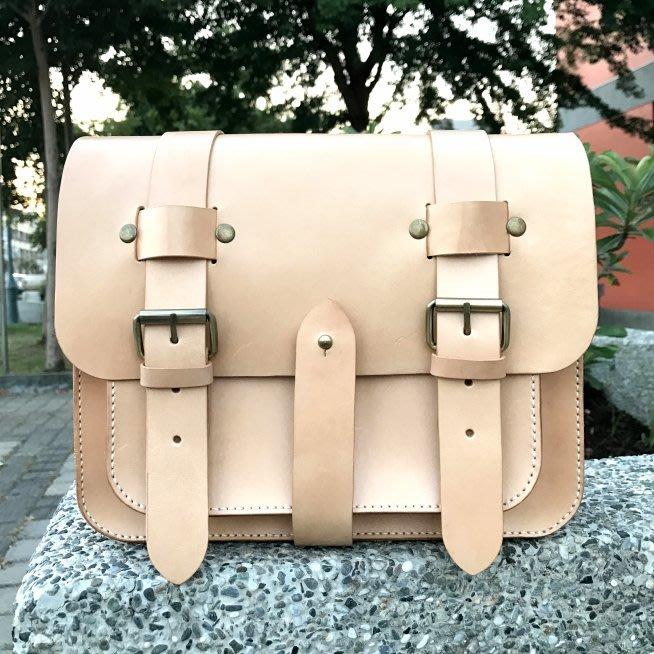 【IAN X EL】原色10.5吋三扣植鞣革郵差包 / 斜背包 / 側背包 純手工皮件