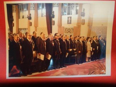 【愛悅二手書坊 A-01-4】前總統 蔣經國先生與官員在國民大會與會