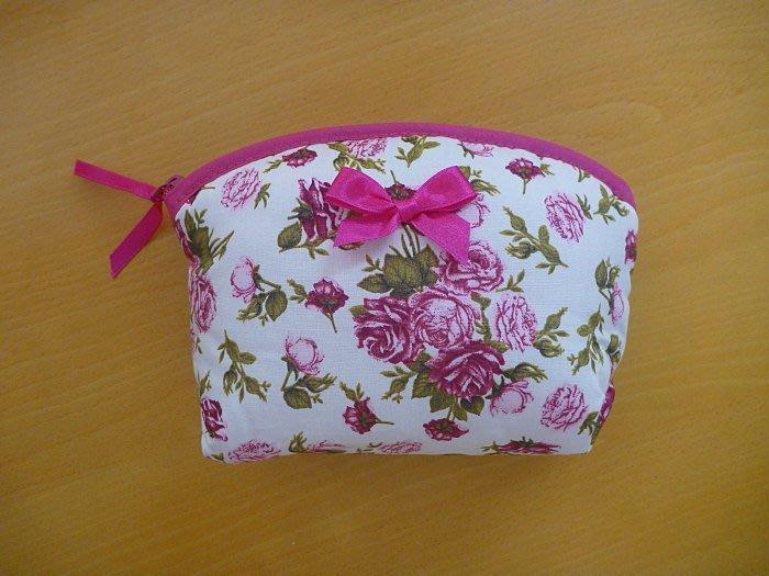 《NaRaYa》曼谷包 布面 鋪棉 化妝包 收納包 零錢包 粉紫 桃紅 玫瑰 花 半圓 弧 拉鍊 氣質