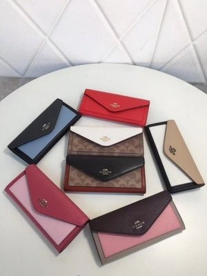 (Outlet特惠)COACH 57536 新款女士拼色信封翻蓋長夾 手拿包 皮夾 附代購憑證