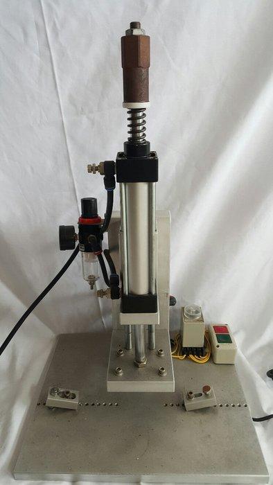 桃園國際二手貨中心-----氣動式冷壓機
