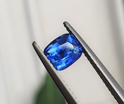 揚邵一品(附國際證)1.14克拉皇家藍藍寶石 艷麗正藍色 濃郁不發黑的亮麗色彩 喜歡皇家藍的朋友別錯過了~藍色剛玉