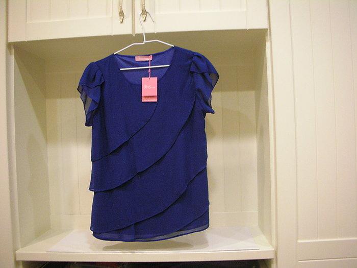 全新 LIVILLE優雅寶石藍秀氣花苞袖口四層疊式輕飄感造型小圓領整整件式親膚透氣內裡不透光小圓弧衣襬造型女短袖雪紡上衣