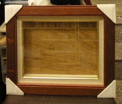 ~咖啡色格紋藝術框(白色金邊內框) 型號#3B5-365-285-35  $980